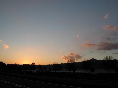 湖西の山に沈む夕陽