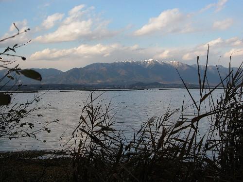 湖西の山に雪、湖面には鴨