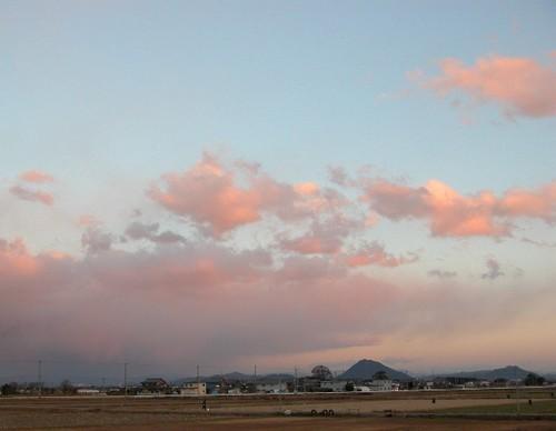 三上山にピンクの雲