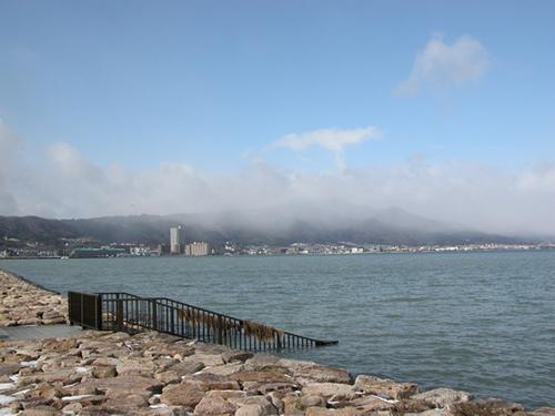 雲にかくれる比良山系