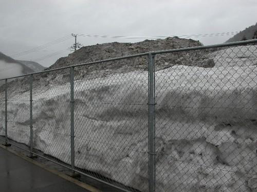 追坂峠の雪捨て場
