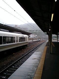 大津駅は雨