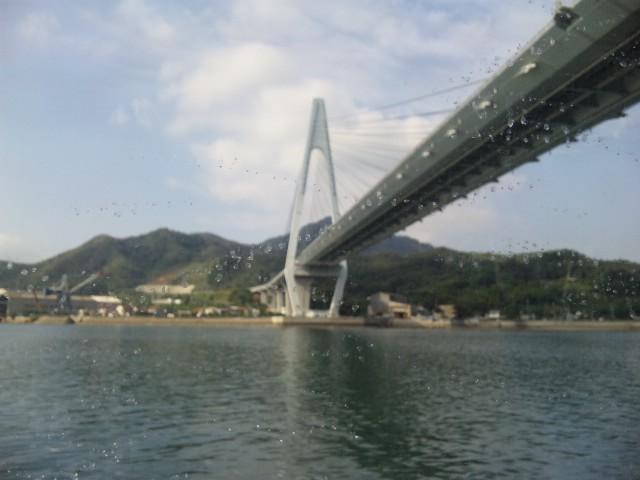 橋をくぐり港に寄る