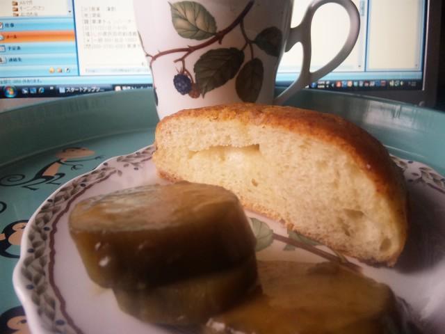 朝食はバターたっぷりパン