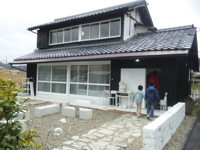 信楽の白い家