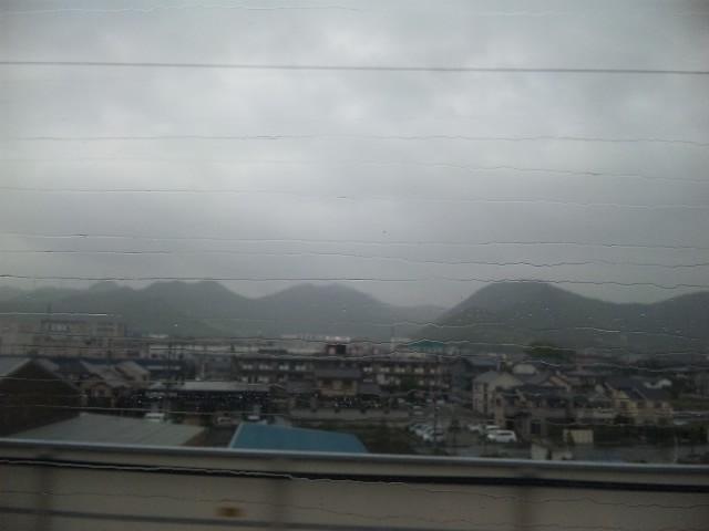 新幹線の窓の雨粒