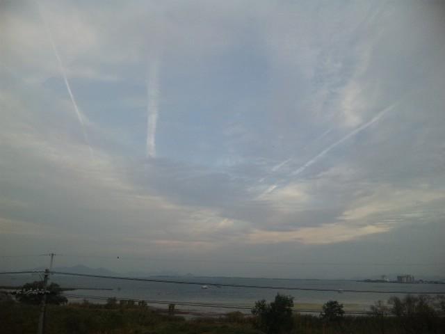 琵琶湖と秋曇
