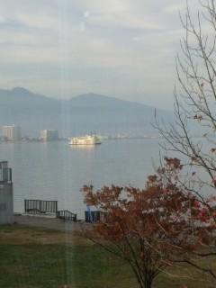 琵琶湖のほとりでポエマーとケーキ