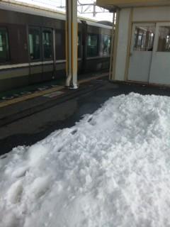 安曇川駅ホームの雪
