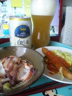 タコの燻製とボイルソーセージで昼間ビール