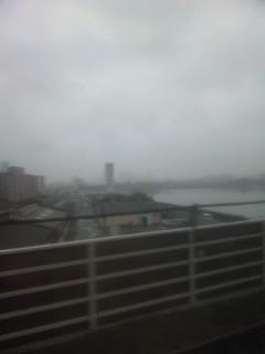 新大阪は雨に煙る