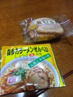 東北土産のラーメン煎餅とサクランボラスク