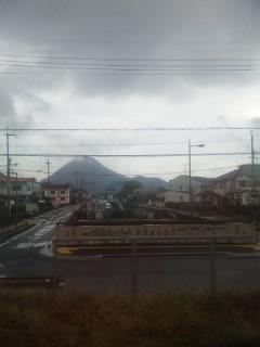 雲をまとう三上山