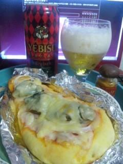 牡蠣の燻製オイル漬けのせナンピザ