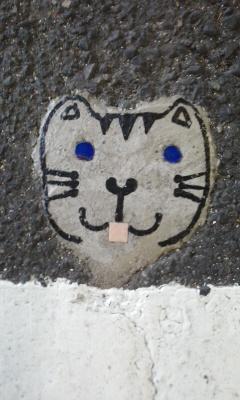 足元に猫の顔
