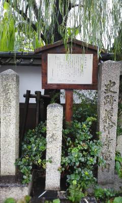 雨の義仲寺