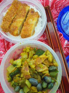 カレー風味野菜炒め&豚カツ弁当