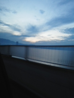 湖周道路の夕暮れと封入作業とカウントダウン