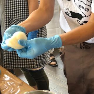 古株牧場の湖華舞さんで、いりことチーズの体験